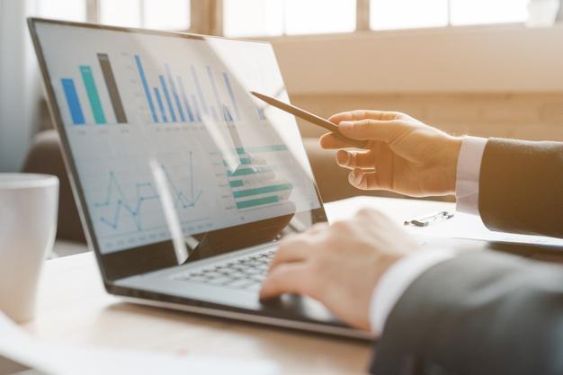 area de trabalho do office com laptop e analitica 23 2148174089 1 - Marketing Afiliados Como Começar Em 07 Passos Simples