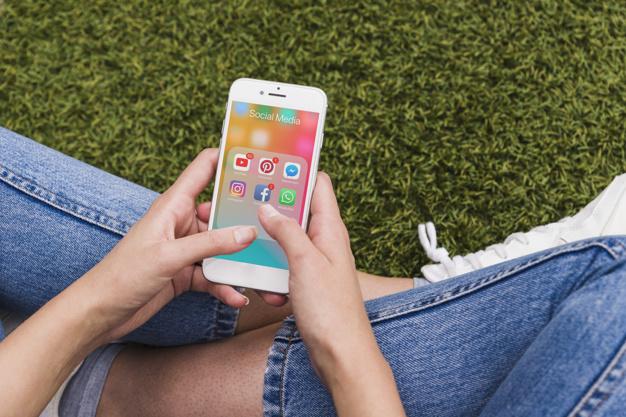 mulher segurando movel usando aplicativos de rede social 23 2147844480 - Vendas Pelo Instagram em 5 Passos